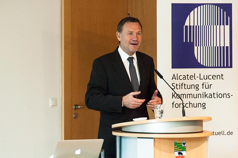 Staatssekretät Dr. Michael Schneider unterstreicht die Bedeutung nachhaltiger Technologien für das Land Sachsen-Anhalt und dankt den Organisatoren für die Idee der Tagung
